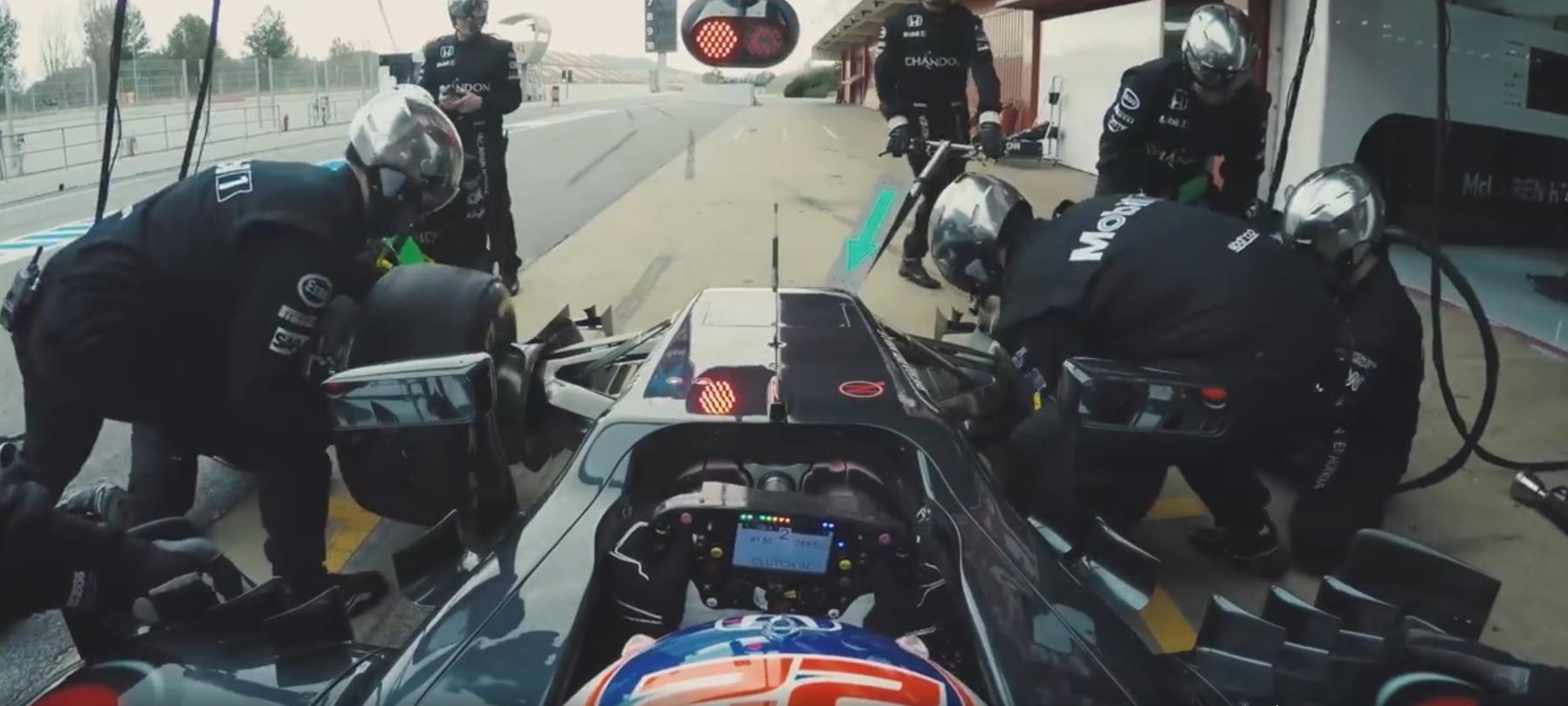 Bokszkiállás a legújabb McLaren-Hondával: belső kamera