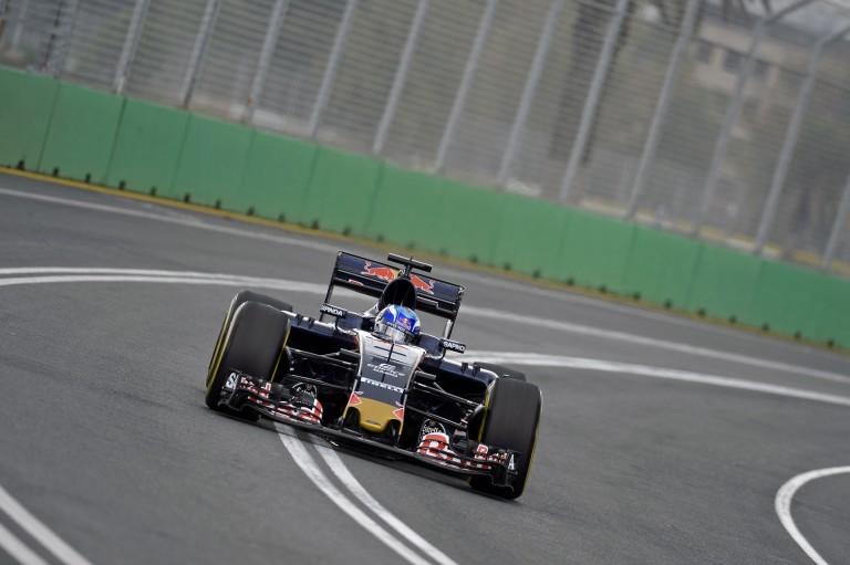 Még mindig erősnek tűnik a Toro Rosso: Max és Carlos az esőben