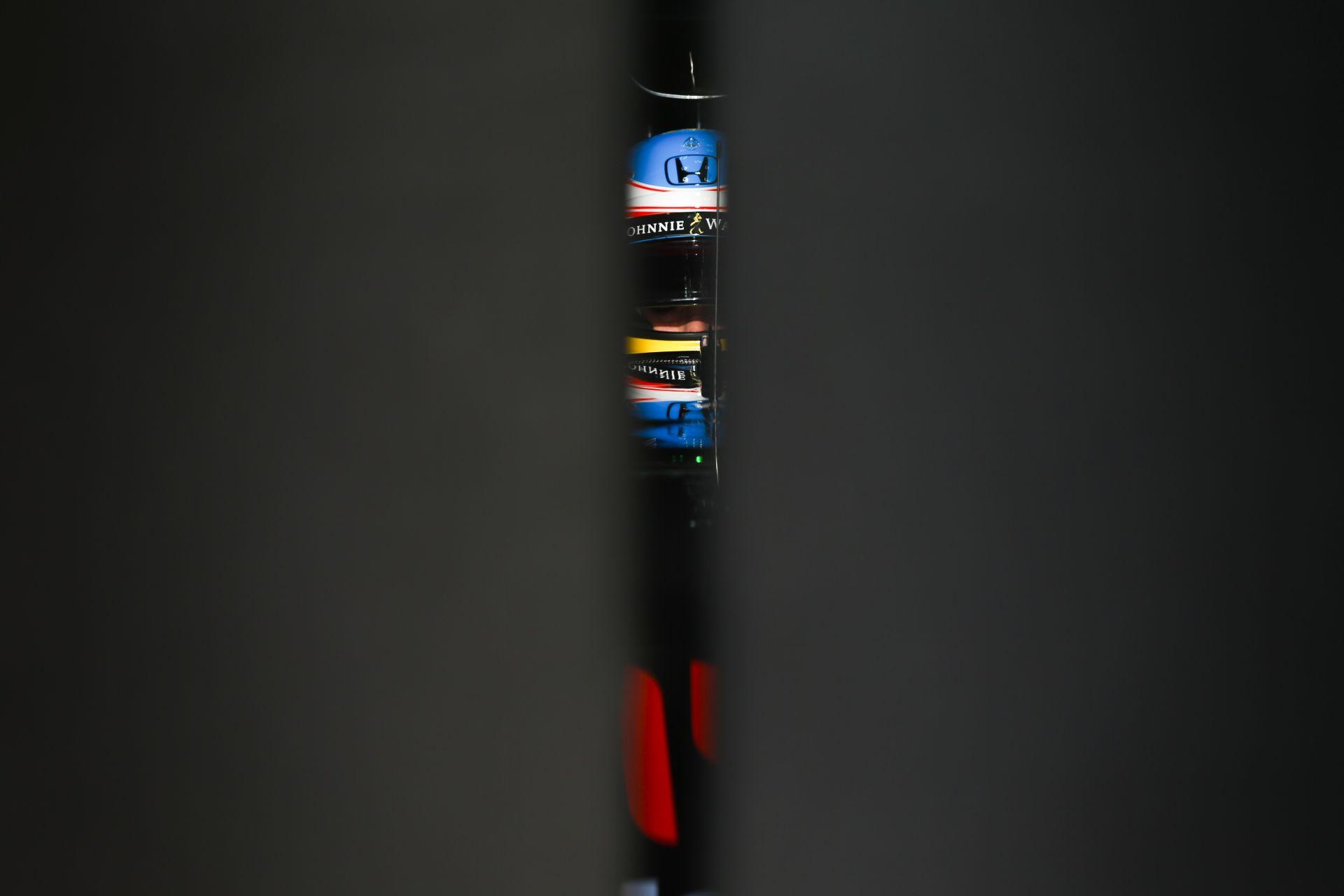 Így recseg-ropog a McLaren-Honda Alonsóval