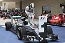 Képről képre, ahogy Hamilton kiszáll a Mercedesből és ünnepelni kezd
