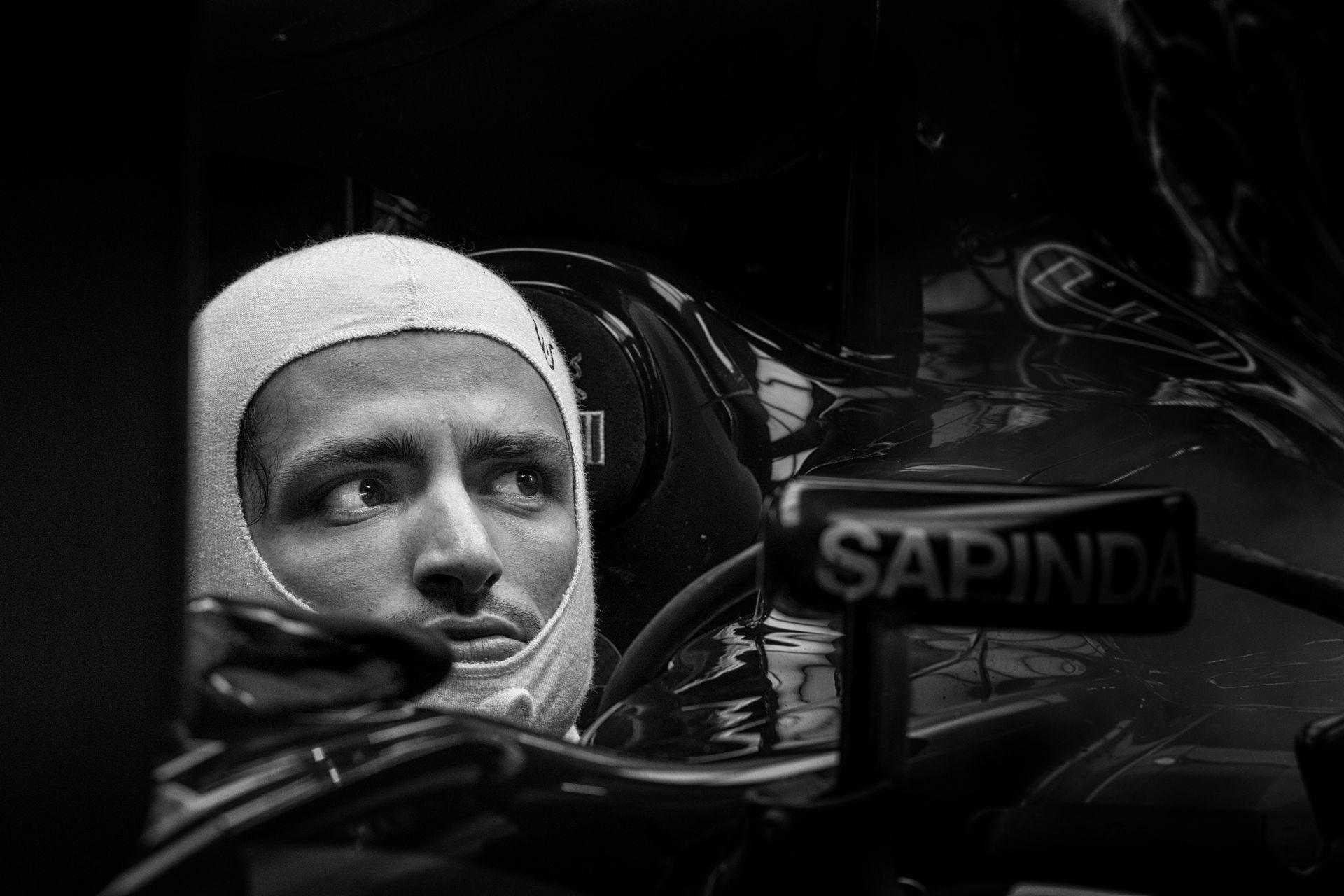 Sainz amatőr hibát vétett és még Verstappen is megelőzte a mezőny végéről