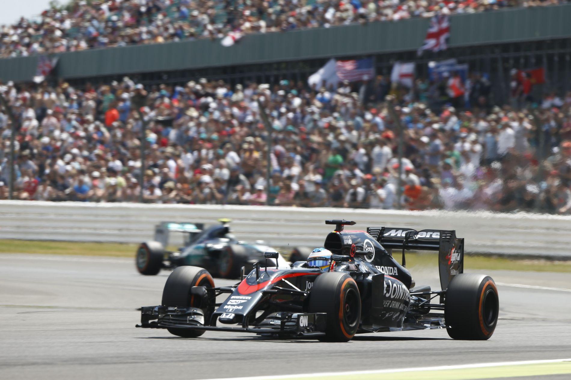 Minden volt a 3-as kanyarban, csak józan ész nem: Alonso és Button is csalódott