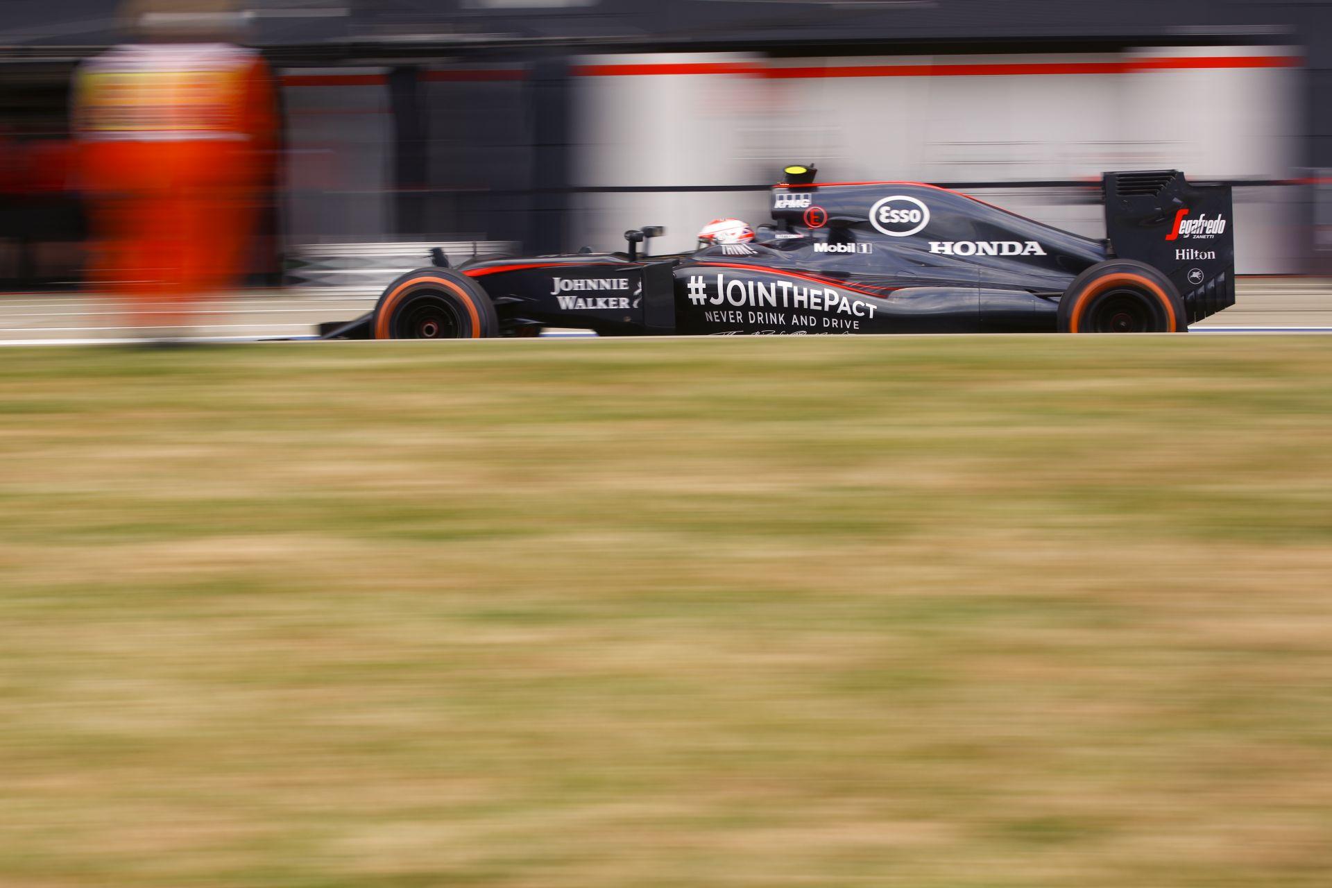 Videón, ahogy Alonso kiüti Buttont a Brit Nagydíjon: McLaren KO, majd pontszerzés