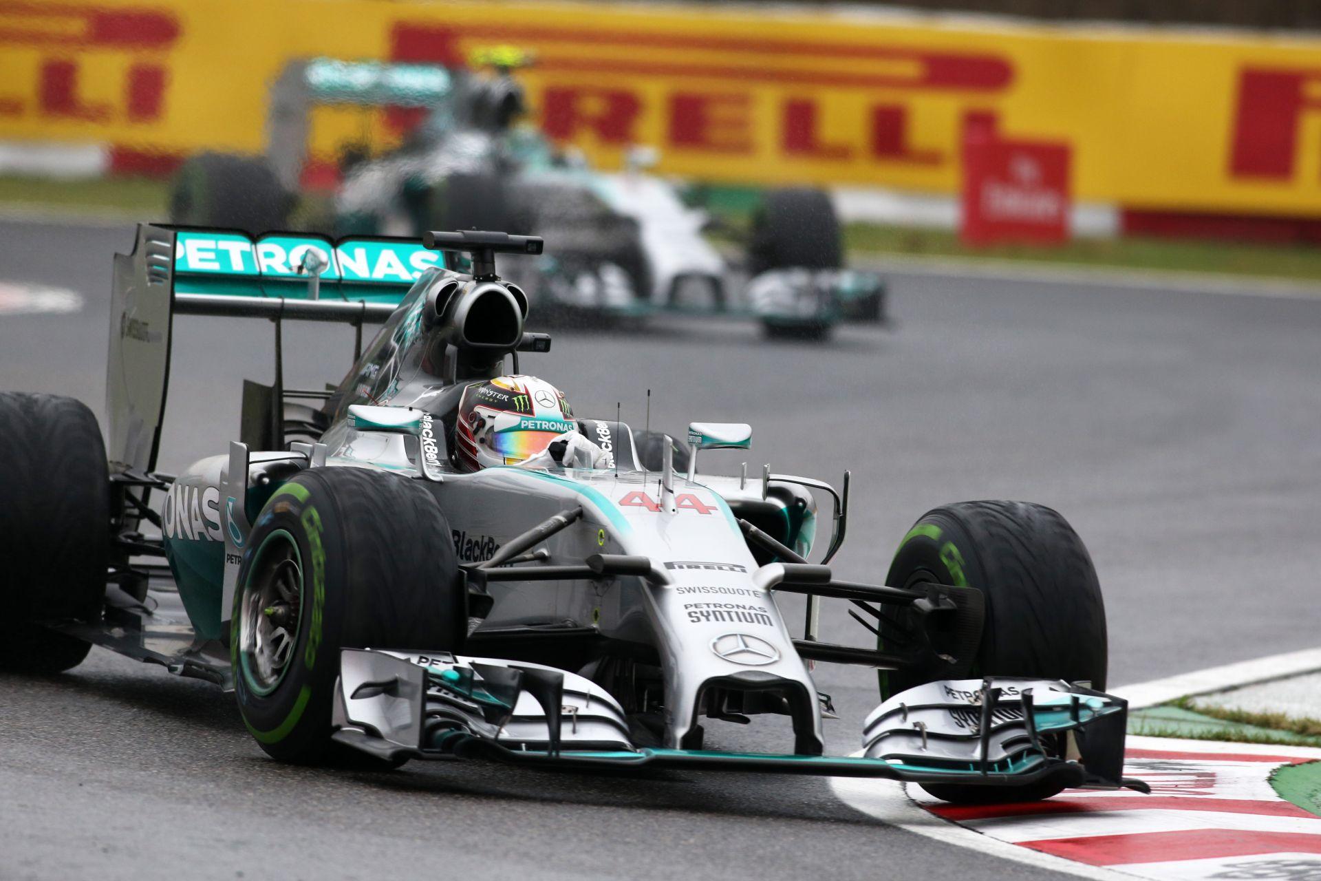 Hamilton gyönyörű előzése Rosberg ellen Suzukában: Felfalta a németet a vizes pályán
