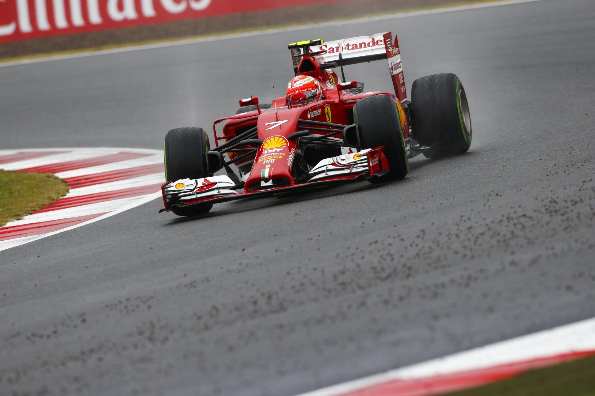 Onboard felvételek az esős Silverstone-ból: Driftelő F1-es autók mindenhol