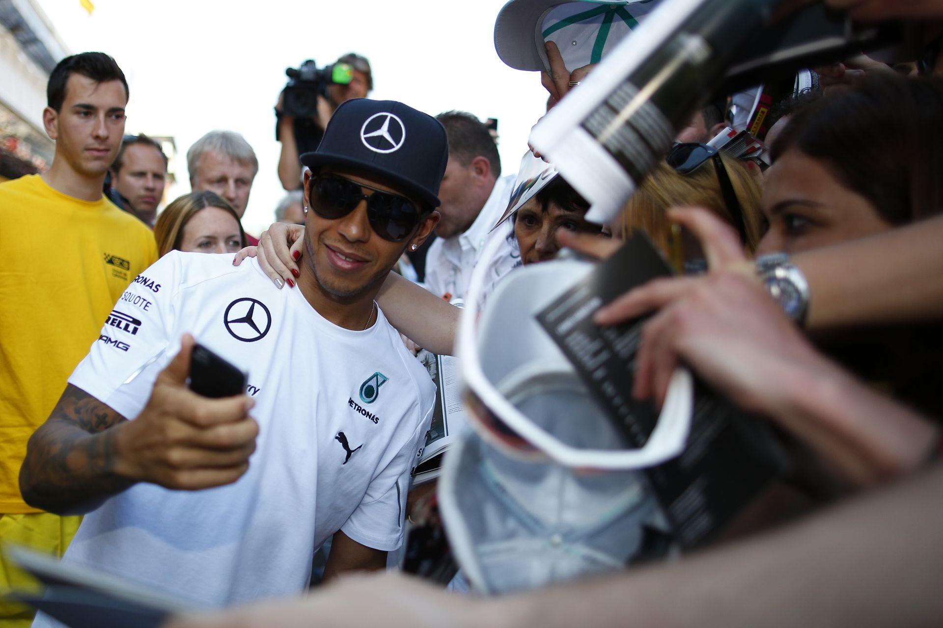 Hamilton fölényesen az élen Spanyolországban! Vettel alatt megállt a Red Bull, Rosberg is szenvedett! Éledezik a Ferrari