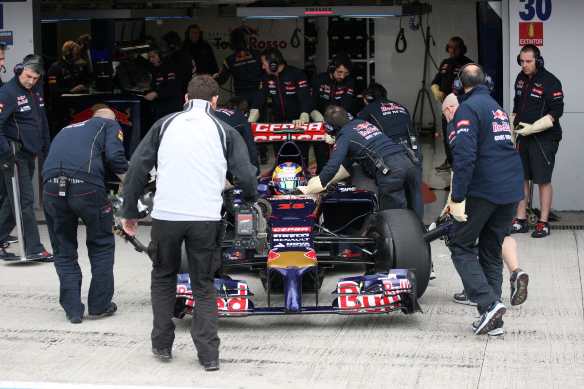 A Toro Rosso 25 tonna felszerelést visz Bahreinbe: rejtély, mi vár rájuk