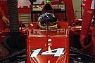 Kobayashi felvétele Bahreinből: Kihajtanak a bokszból az új F1-es autók
