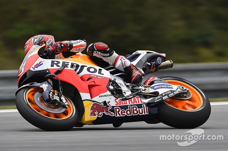MotoGP in Brno: Marc Marquez stürzt beinahe und fährt Bestzeit