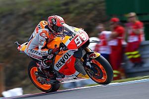 MotoGP Relato de classificação Márquez bate Lorenzo no fim e é pole em Brno; Rossi é 6º