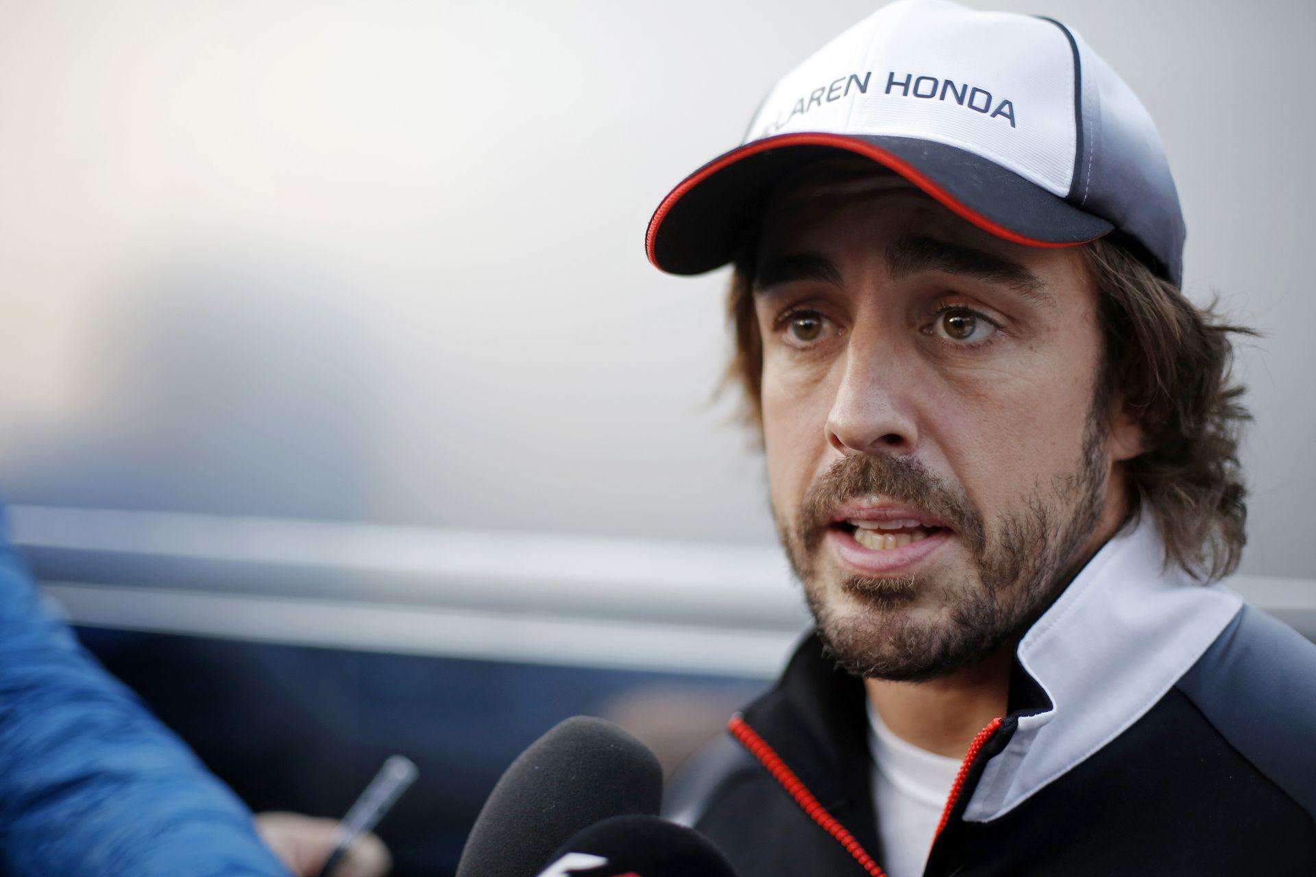 LOL: Alonso egy hatalmas sonkát kapott a spanyol rajongóktól a pálya szélén