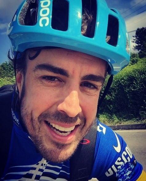 Alonso a bicikliről jelentkezik: különleges vendég érkezik hozzá
