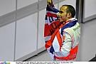Vicces: A kicsi és a nagy Hamilton is ugyanúgy lengeti a brit zászlót!