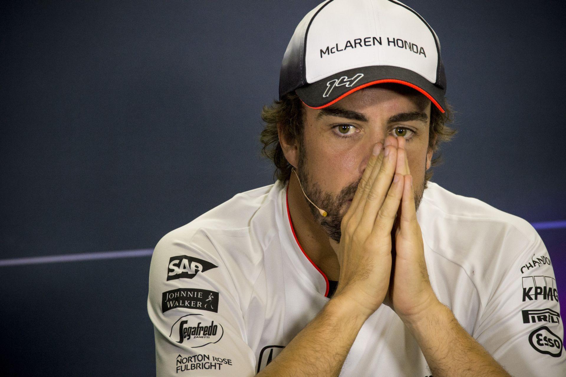 """Videón, ahogy Alonso bedriftel a """"Bajnokok falához"""" a McLarennel: brutál!"""