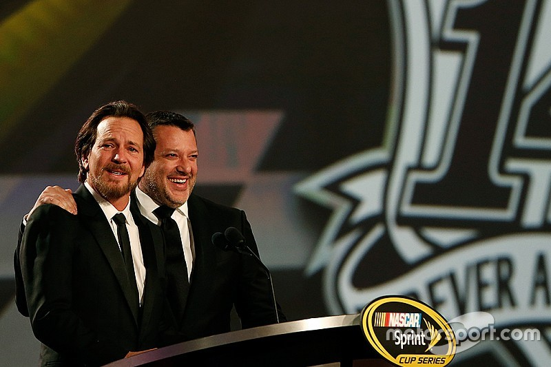 NASCAR e Stewart surpreendem líder do Pearl Jam