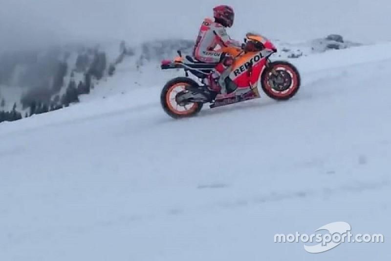 Video: Márquez, con la Honda de MotoGP sobre la nieve