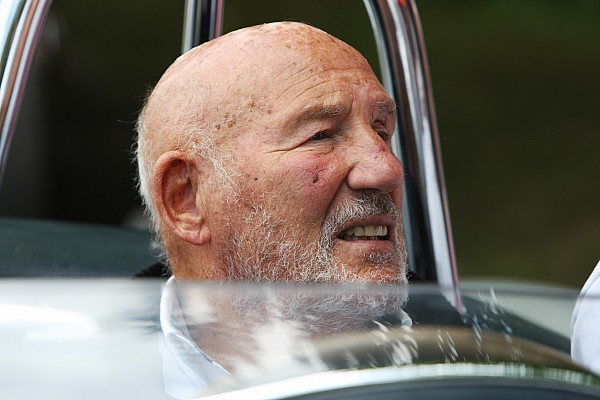 Sir Stirling Moss göğüs enfeksiyonu nedeniyle hastaneye kaldırılmış