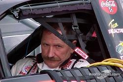 Dale Earnhardt dans la voiture avant les qualifications