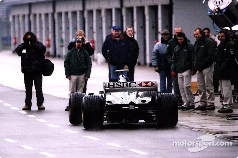 El Jaguar R2 saliendo de la recta de pits