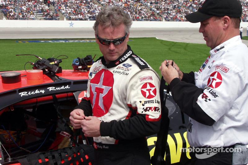 Ricky Rudd recibe ayuda para colocarse el protector de cuello