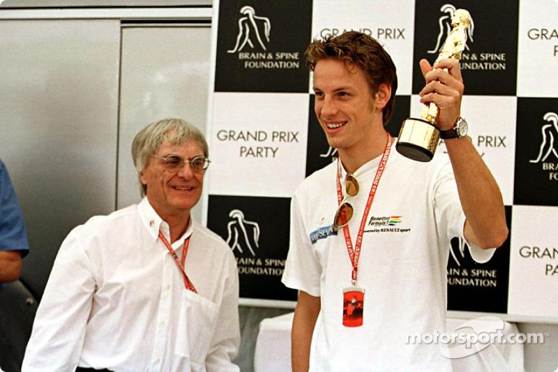 """Soirée pour la Fondation Brain & Spine : Jenson Button reçoit son """"Bernie"""" de la part de Bernie Ecclestone"""