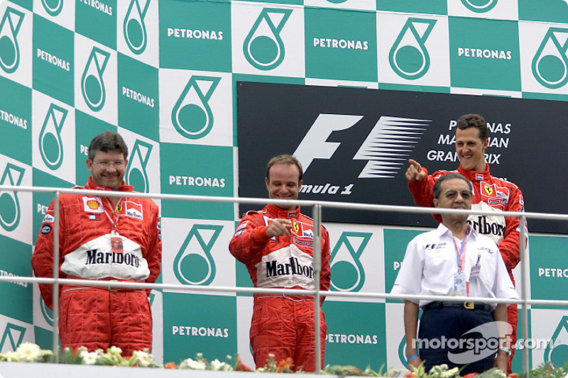 Ross Brawn, Rubens Barrichello y Michael Schumacher en el podio