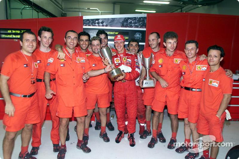 Michael Schumacher y el Equipo Ferrari celebrando después de la carrera