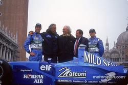 Jenson Button, Flavio Briatore, Luciano Benetton, Patrick Faure y Giancarlo Fisichella con el nuevo