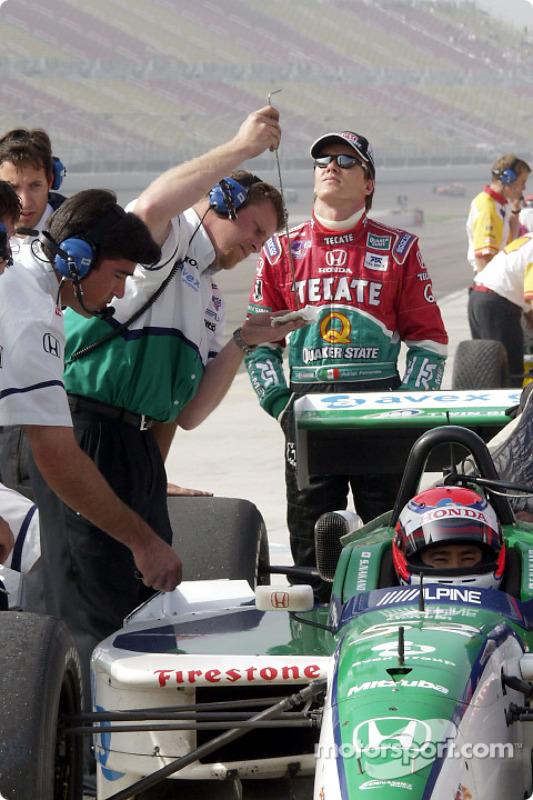 Pit activity at Fernandez Racing: Adrian Fernandez and Shinji Nakano