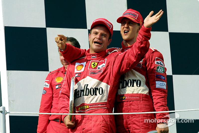 Jean Todt, Rubens Barrichello y Michael Schumacher en el podio