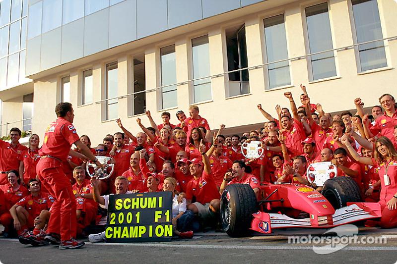 Michael Schumacher celebrando con el Equipo Ferrari