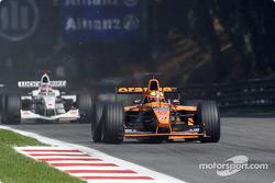 Enrique Bernoldi in front of Jacques Villeneuve