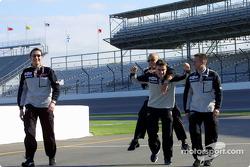Fernando Alonso heeft plezier met zijn team