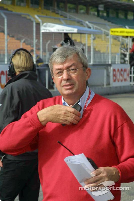 Race director Roland Bruynserade