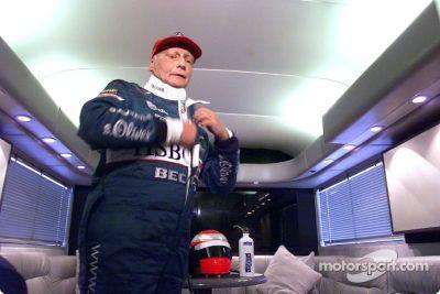 Niki Lauda testa Jaguar R2