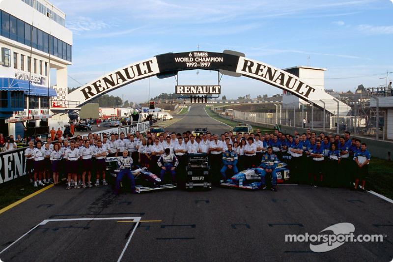 Williams ve Benetton teams celebrating Renault'in six Dünya Şampiyonası titles: Jacques Villeneuve,