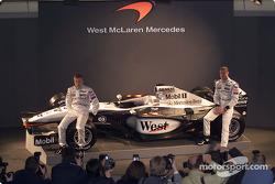Kimi Raikkonen et David Coulthard avec la nouvelle McLaren Mercedes MP4-17
