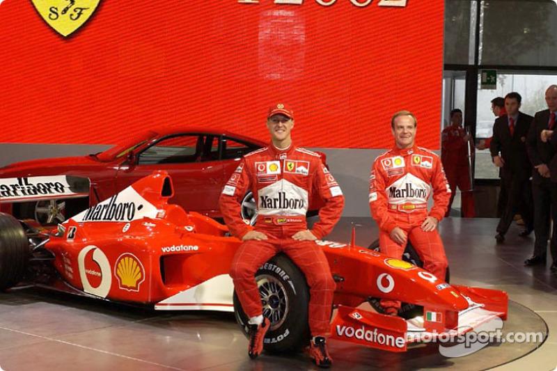 Michael Schumacher et Rubens Barrichello avec la nouvelle Ferrari F2002