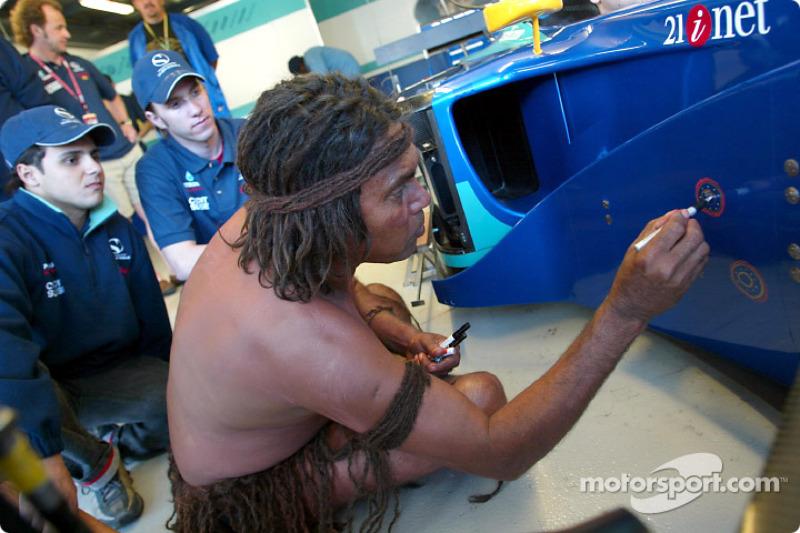 Felipe Massa and Nick Heidfeld with the Aboriginal Bush Mechanics
