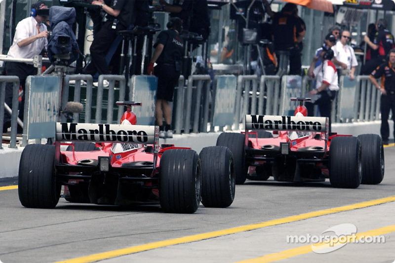 Les deux Ferrari dans la pitlane