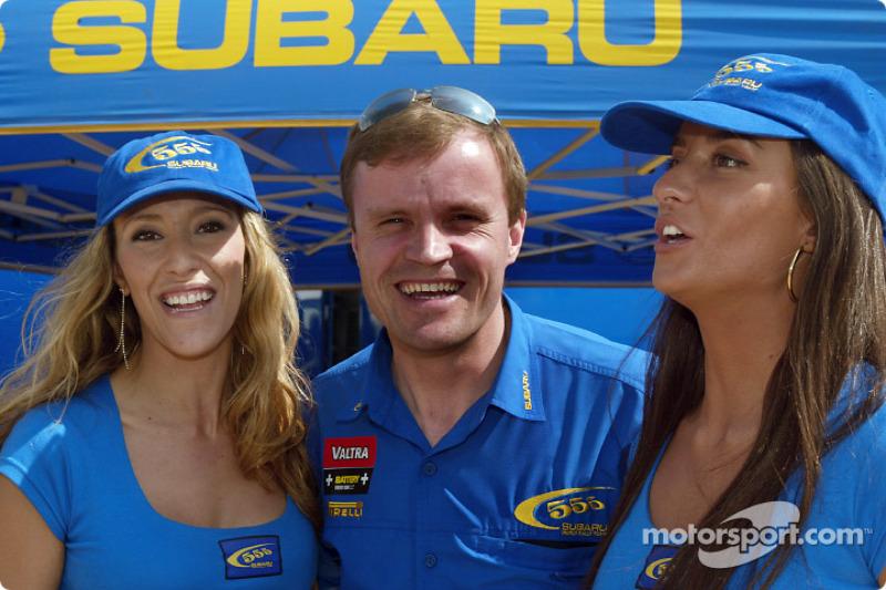 Tommi Makinen con las chicas Subaru