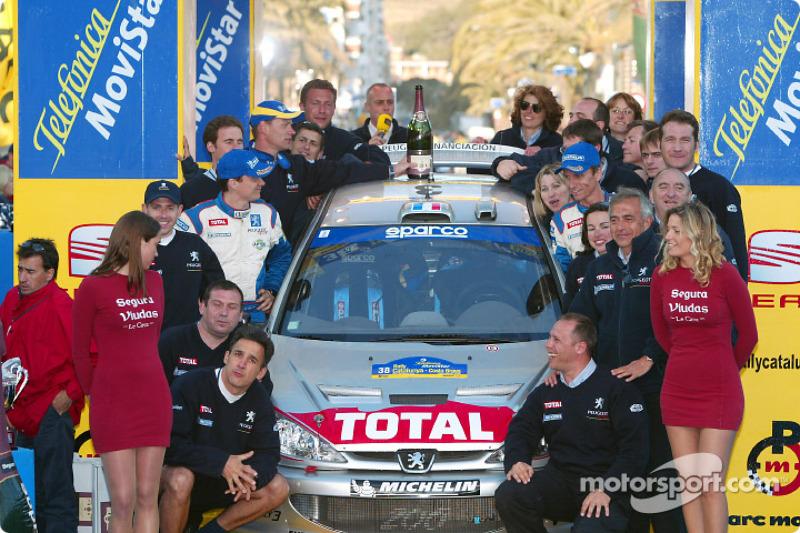Le vainqueur Gilles Panizzi fait la fête avec son équipe Peugeot