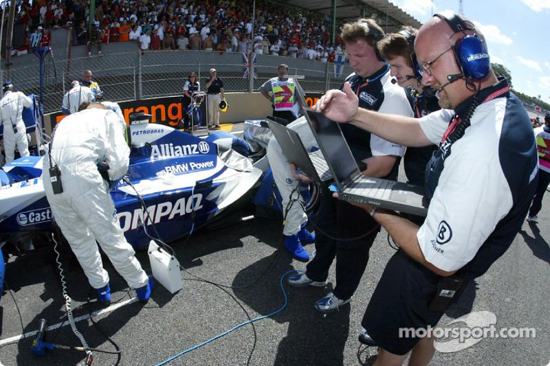Williams-BMW engineers on the grid