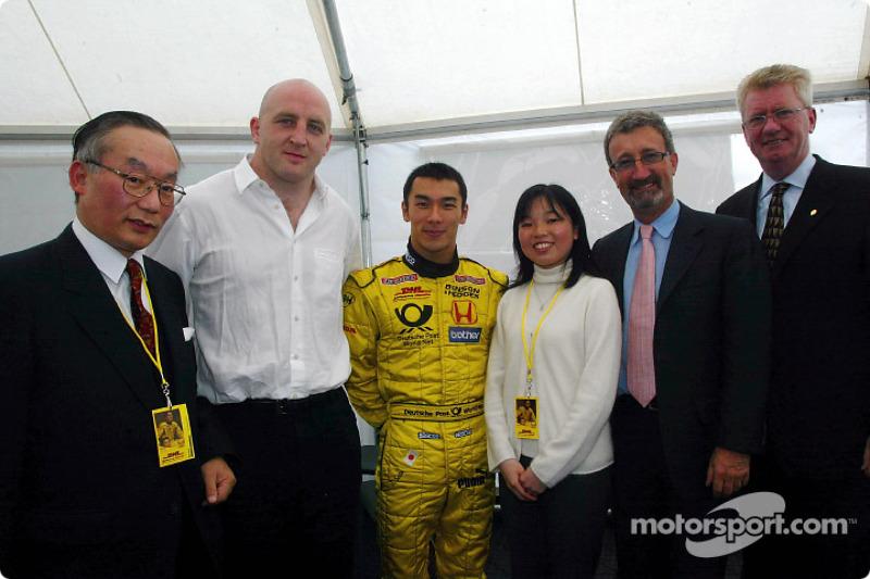 Eddie Jordan y Takuma Sato con Su Majestad Imprerial de Japón, la princesa Akiko, el capitán del equipo irlandés de rugby, Keith Wood y el Embajador de Japón en Londres, Mr Orita