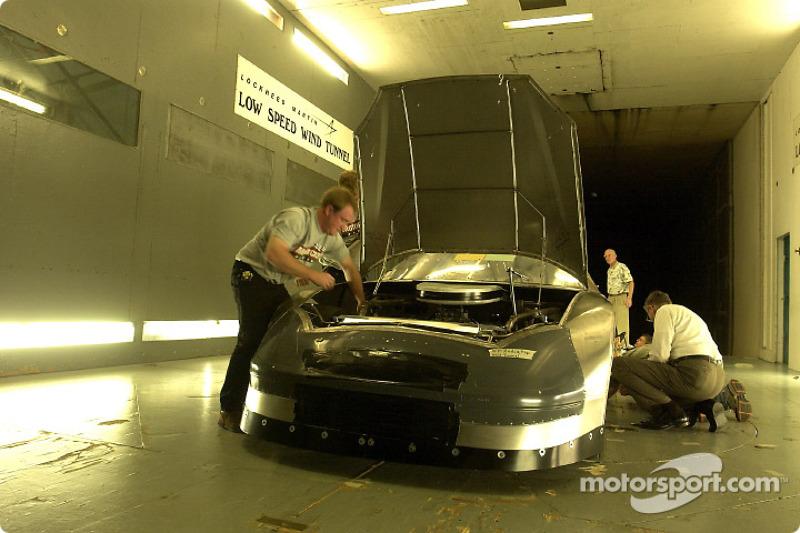 Visita al túnel de viento en Lockheed Martin en Marietta, Georgia: miembros del equipo Wood Brothers preparan un Ford Taurus para el túnel de viento