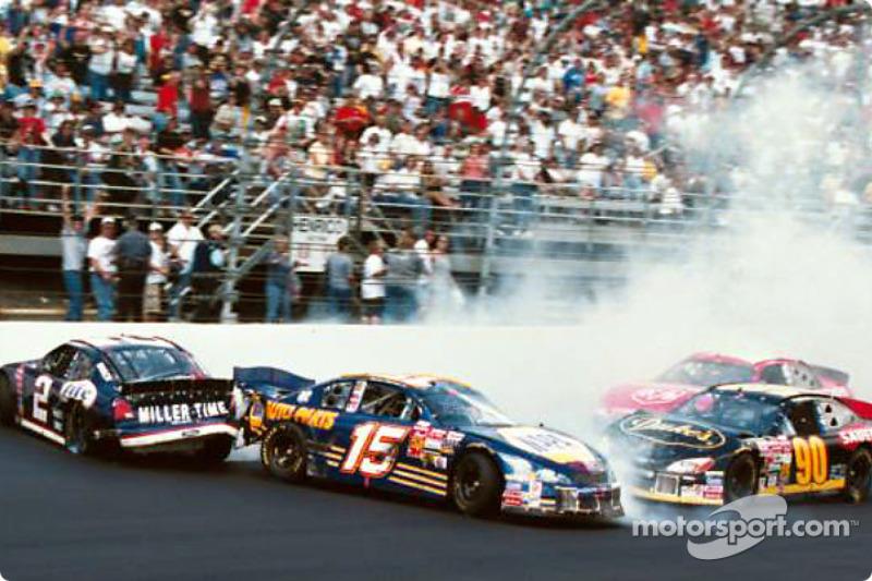 Vaya diferencia que hace un día: del frente hacia atrás, de ir sin un rasguño a salir vapuleado, el UPS Ford de Dale Jarrett como las carreras en pista corta pueden cobrar factura