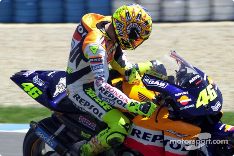 Rossi revisa su moto