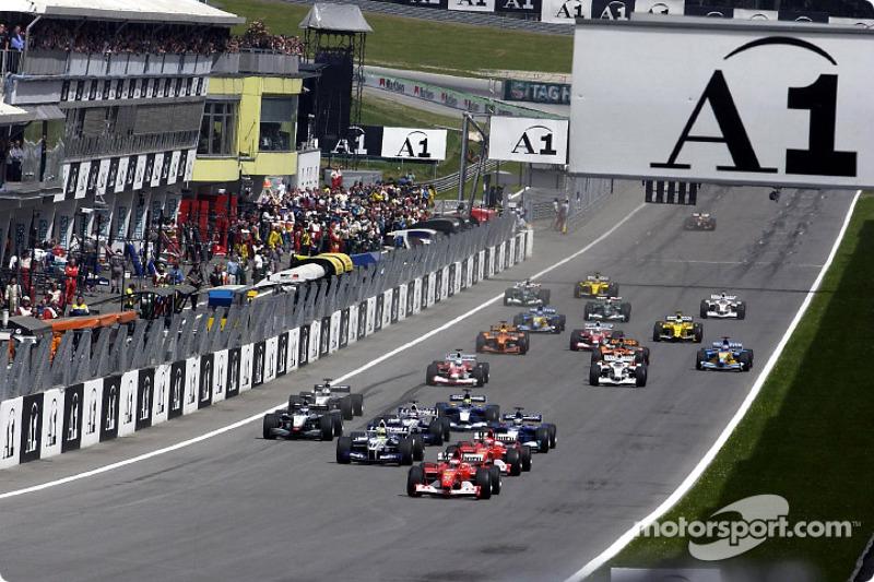 La arrancada: Rubens Barrichello tomando la delantera sobre Michael Schumacher y Ralf Schumacher