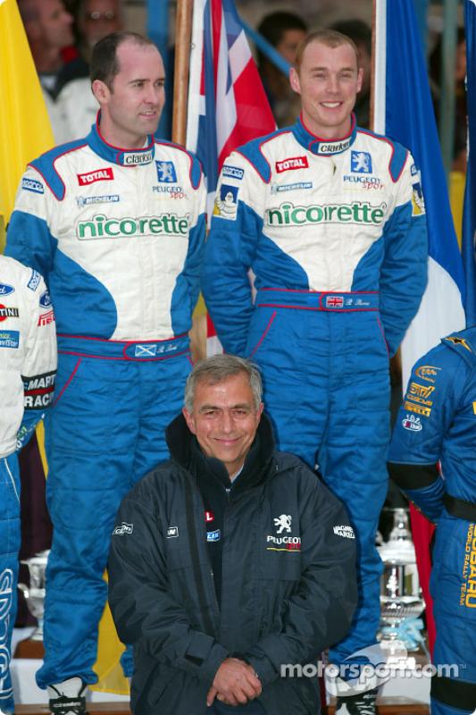 Los ganadores de la carrera: Richard Burns y el copiloto Robert Reid