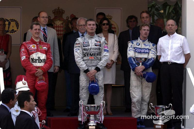 El podio: el ganador de la carrera, David Coulthard con Michael Schumacher y Ralf Schumacher